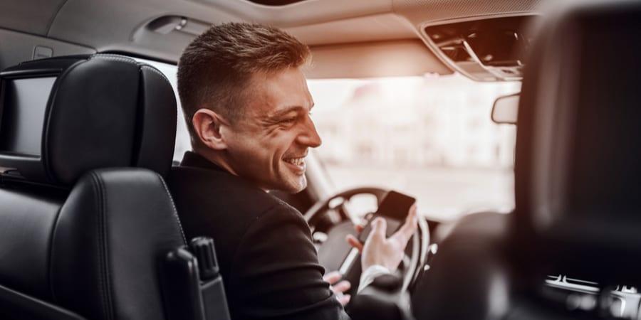 hombre conduciendo con celular en la mano
