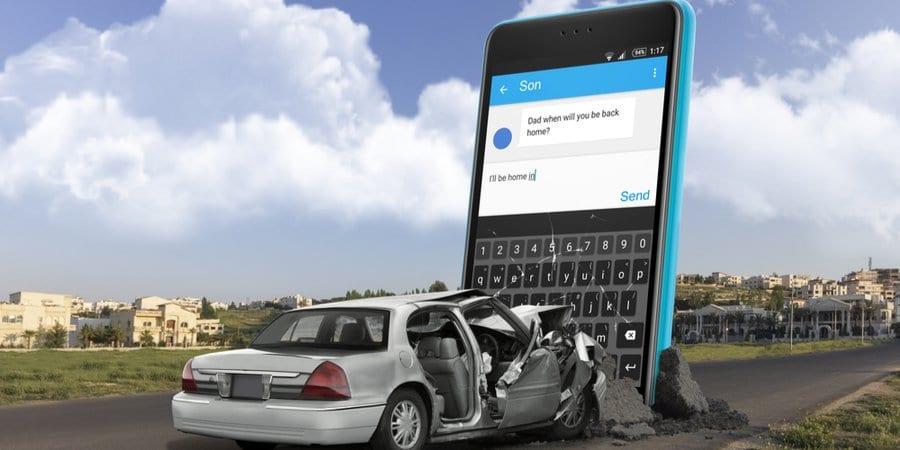 Accidente de auto contra un teléfono celular