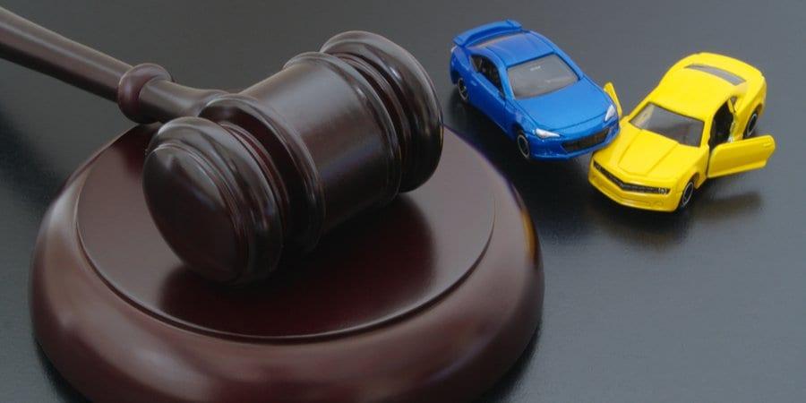 mazo de juez con carros de juguete