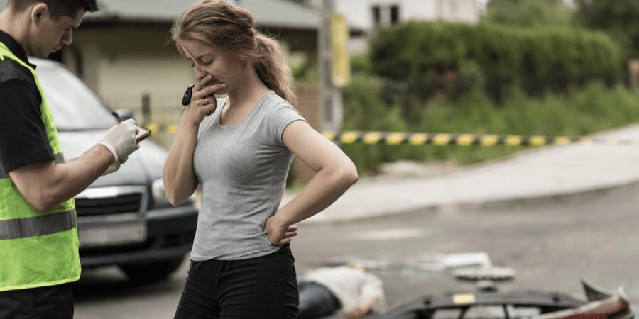 chica asustada errores accidente de auto