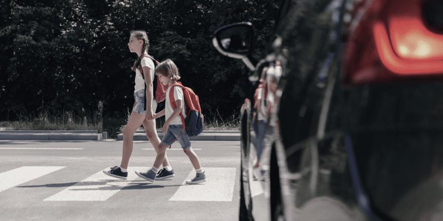 niños camino a la escuela